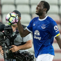Lukaku's hat-trick sends Everton at level with Chelsea
